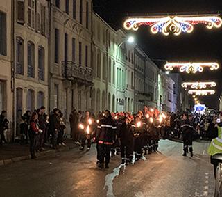 Les élèves du collège Jeanne d'Arc de Commercy, option Jeunes Sapeurs Pompiers ont défilé pour la Saint Nicolas.